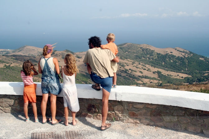 Caption: Family at a lookout // © 2013 jonrawlinson